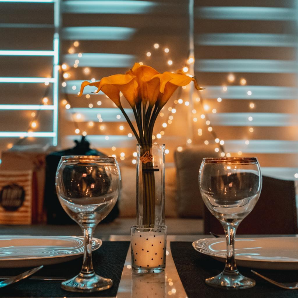 Mesa lista para cenar en pareja